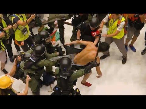 Αστυνομία εναντίον διαδηλωτών μέσα σε εμπορικό κέντρο του Χονγκ Κονγκ…