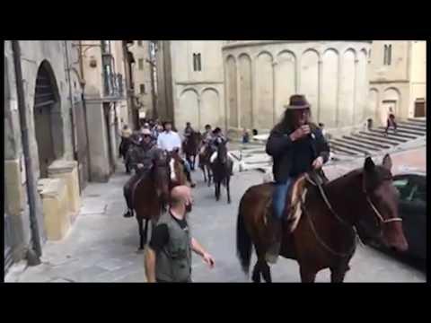 Torna ad Arezzo Cavallincittà, solidarietà in sella per le vie della città