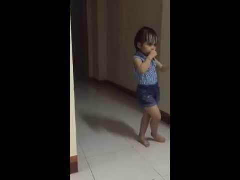 Bé gái với vũ điệu sôi động cùng Bibabol