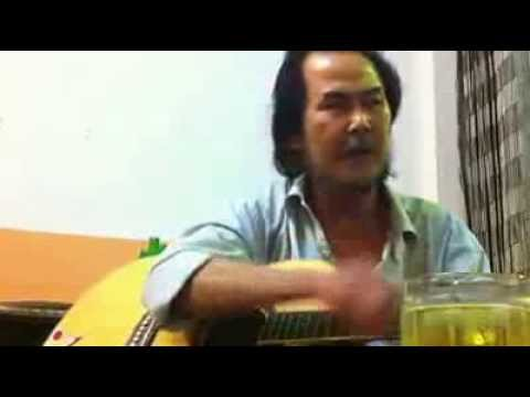Vừa đàn ghita vừa hát bài Không bao giờ ngăn cách và Cho anh xin số nhà