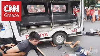 Συγκλονιστικό βίντεο: Αστυνομικό βαν πέφτει επίτηδες πάνω σε διαδηλωτές