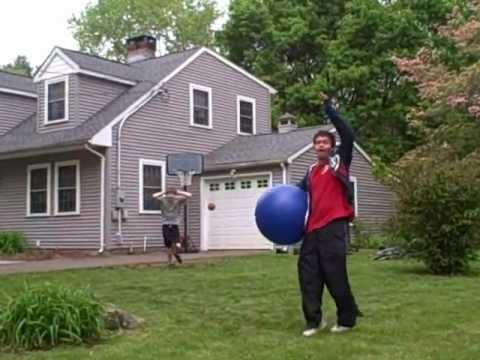 Tursamma grabbar spelar lite basket
