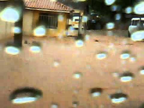 Chuva alaga rua em Tapiratiba