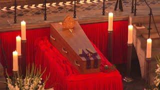 Der verstorbene langjährige Kölner Erzbischof, Kardinal Joachim Meisner, ist in der Bischofsgruft des Kölner Doms beigesetzt worden. Zuvor nahmen Trauergäste aus Kirche, Politik und Gesellschaft sowie die Familie Meisners und Gläubige des Erzbistums Abschied von dem erzkonservativen Geistlichen.