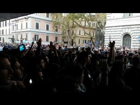 Ultras Lazio salutano la squadra in partenza per Napoli
