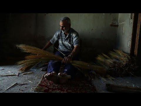 العرب اليوم - شاهد: صناعة مكانس القش في غوطة دمشق تزدهر في الحصار
