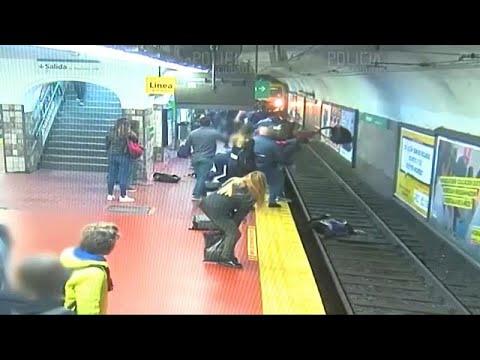 Μπουένος ΄Άιρες: Διάσωση γυναίκας από τις ράγες του μετρό…