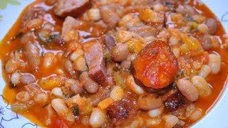 Reteta simpla si delicioasa de iahnie de fasole cu legume, costita afumata si carnat. Descoperiti reteta detaliata aici: http://www.mondocucina.ro/content/Iahnie-de-fasole-cu-legume,-costita-afumata-si-carnati.aspx