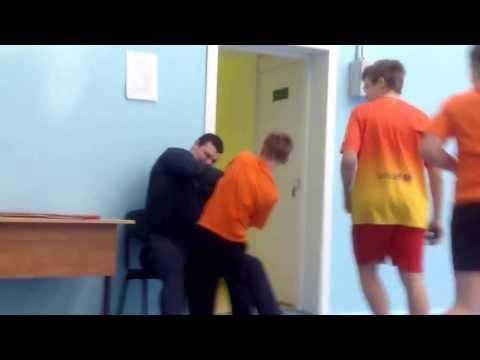 Учитель борется с учеником который его достал) (видео)