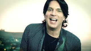 """Suscríbete al canal oficial de PSV: http://bit.ly/PedroSuarez-VertizYouTubeEncuentra a PSV ahora en tiendas digitales:iTunes: https://goo.gl/7E3T3ISpotify: https://goo.gl/oFx8owGoogle Play: https://goo.gl/QhhYjZArtista: Pedro Suárez-Vértiz®La Banda            feat Pedro Suárez-VértizTema: """"Siempre aquí en mi piel"""" Letra y música: Pedro Suárez-VértizSello: Solver Label (2017)Producción musical y arreglos: Pedro Suárez-Vértiz y Gonzalo PolarPrimera voz y guitarra acústica: Pedro Suárez-VértizPrimera voz, guitarras eléctricas y coros: Guillermo Bussinger Programación, saxo, teclados y coros: Gonzalo PolarBajo: Fernando ChávezGrabación: Alex Arellano, Pedro Coll y Miguel Angel Yance Mezcla: Alex Arellano, Pedro CollMasterización: Freddy Flores Grabado en MCA Estudios y Estudio La SonoraMezclado en Estudio La Sonora, Lima, Perú.Editor: Solver Music Publishing"""