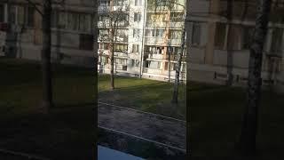 Ucieczka balkonem małolatów przed Policją.