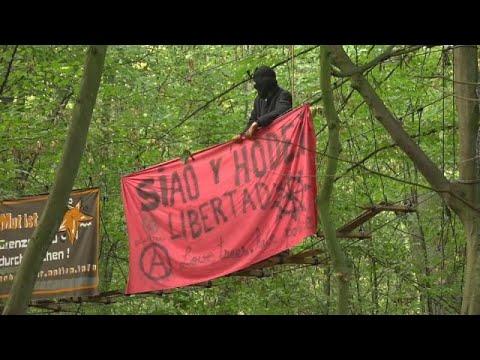 Στα άκρα η κόντρα αστυνομίας – ακτιβιστών για το δάσος Χάμπαχ…