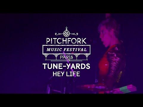 "tUnE-yArDs perform ""Hey Life"" – Pitchfork Music Festival Paris"