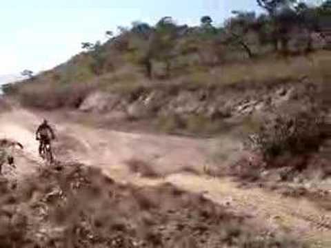 trilha em raposos, salto na rampa