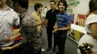 Jonas Brothers-Surprise visit to elementary school