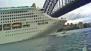 Statki i łodzie rozbijające się o mosty