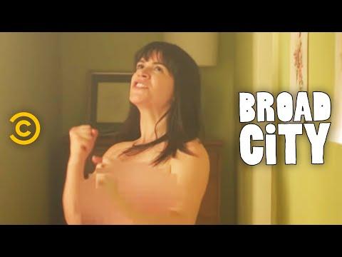 Broad City - Abbi on the Edge of Glory