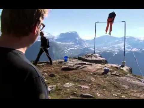他在懸崖邊的單槓定點跳傘,結果單槓跨了,人被甩出去!