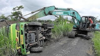 Video Dump Truck Tip Over Recovery by Kobelco SK200 Excavator | Evakuasi Truk Terguling MP3, 3GP, MP4, WEBM, AVI, FLV Januari 2018