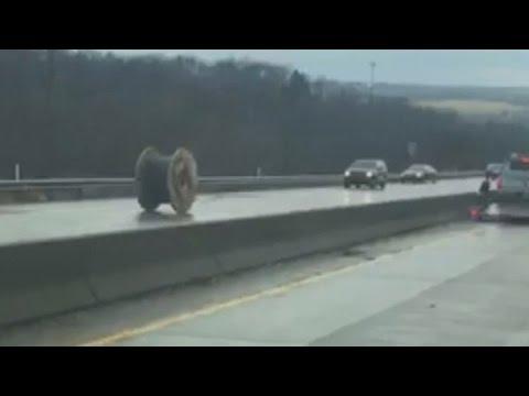 Suurikokoinen kaapelikela vyöryi vastaantulevien kaistalla – katso läheltä piti -tilanteesta video
