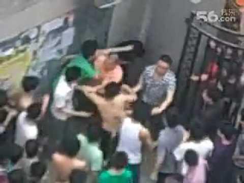 小偷闖進某大學偷東西,卻被大批學生圍攻!