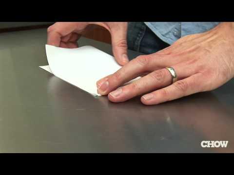 come aprire una bottiglia con un foglio di carta! guardate e provateci!