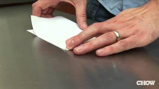 【栓抜きがないときにできるとカッコいい!】紙で瓶ビールを開ける方法