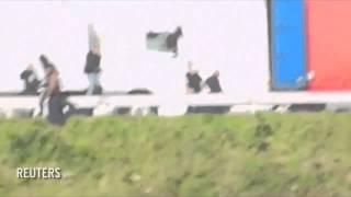 Policjantowi puściły nerwy! Tak się robi porządek z emigrantami w Calais!