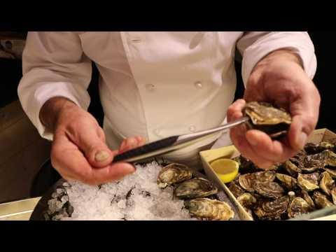 sknife Markenbotschafter Marcel Lesoille mit sknife Austernmesser