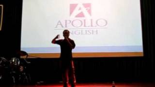 Dua Leo dien stand up comedy - hai doc thoai o Apollo English Idol contest