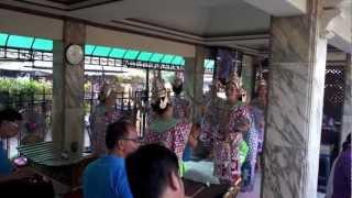 バンコク市内観光エラワンプームのタイダンス