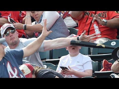 當低頭的兒子差點被高速飛來的球棒擊中時,他的老爸竟然.....