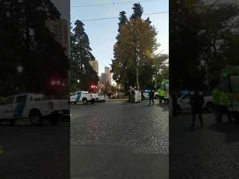 Otro vehículo terminó con sus ruedas al cielo en pleno centro de La Plata