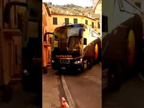 Водитель виртуозно провел огромный автобус по изгибам узенькой улочки