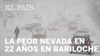 La peor nevada en 22 años deja sin luz a la mitad de la población de esta turística ciudad argentina en el inicio de las vacaciones de invierno.