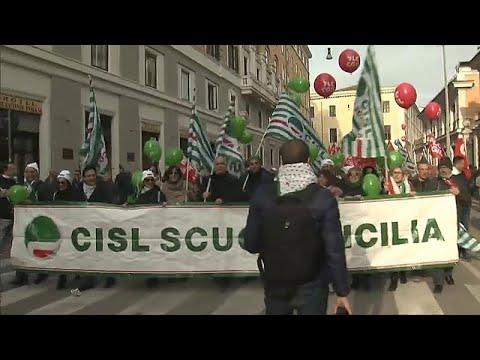 Στους δρόμους της Ρώμης τα εργατικά συνδικάτα – Ζητούν νέες θέσεις εργασίας…