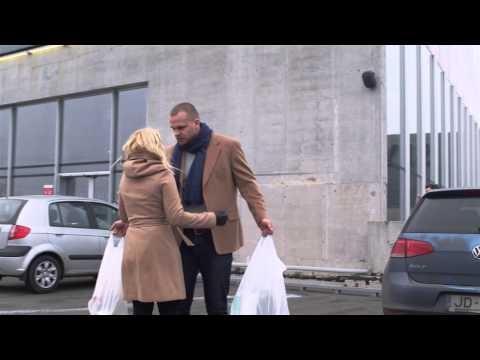 這對情侶從超市出來被人潑一整桶冷水,正要發飆揍人時一看到前方鏡頭就完全氣消而且超開心!