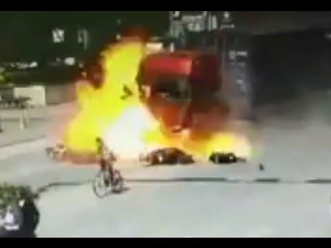 FUERTES IMÁGENES: Un camión pierde el control y estalla en llamas en Guangdong (China)
