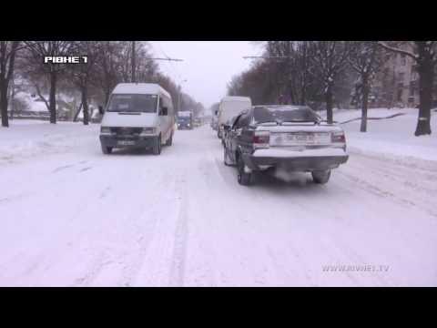 """Рівненщина у сніговому """"полоні"""": заметені дороги, кучугури снігу біля будинків та величезні затори на вулицях міста [ВІДЕО]"""
