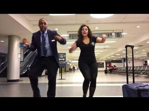 Kobieta utknęła na lotnisku i świetnie się bawi