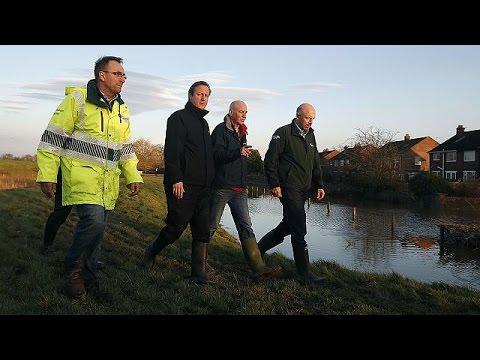 Βρετανία: Στις πληγείσες περιοχές ο Ντέιβιντ Κάμερον