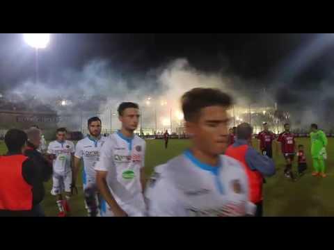 Ultras Taranto danno spettacolo in curva
