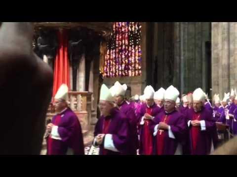La fila dei concelebranti apre i funerali del cardinale