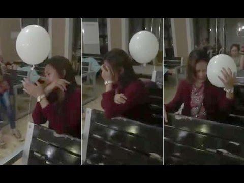 la madre piange il figlio deceduto...ma guardate il palloncino!