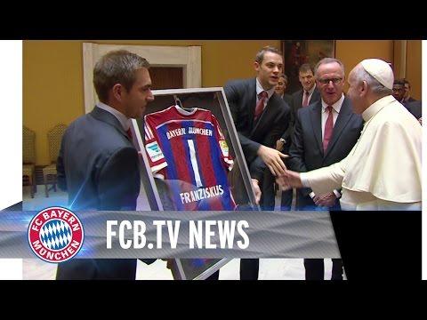 fc - Philipp Lahm und Manuel Neuer überreichten dem Heiligen Vater ein von allen Spielern unterschriebenes Originaltrikot des FC Bayern München. Karl-Heinz Rummenigge überbrachte schließlich...