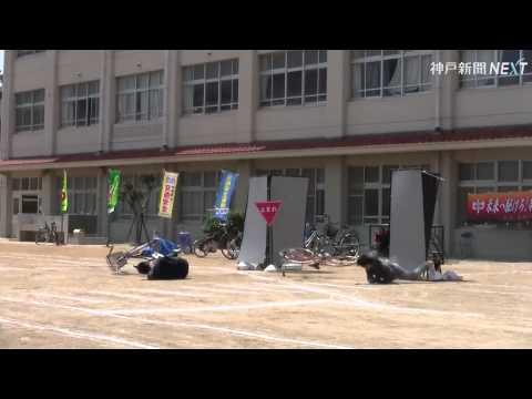 スタントマンが交通事故を再現 神戸・東灘で安全教室