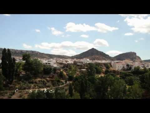 Cuevas del Becerro: Villa blanca y florida
