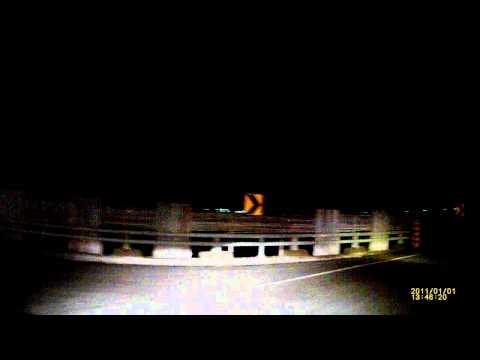 小屁孩在汽車後面滑胎挑釁後,下一個彎馬上犁田