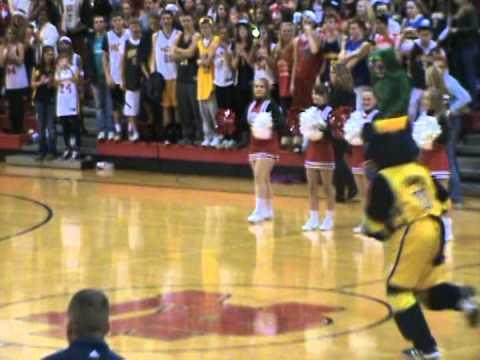 video que muestra el mate de una mascota de un equipo de baloncesto