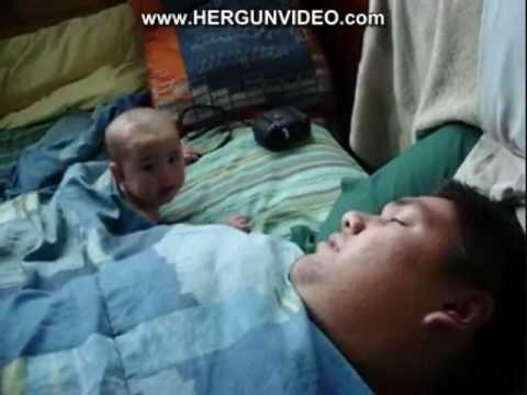 爸爸打呼把寶寶嚇壞了!絕對讓你笑!